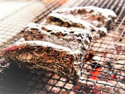 作り方は簡単、焼き芋を紙とアルミホイルで包んで炎の中にいれるだけ
